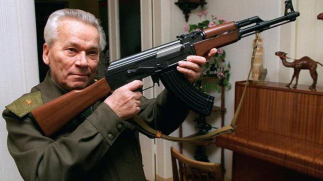 قصة مخترع سلاح الكلاشينكوف.. الجندي الذي حلم أن يكون شاعرا