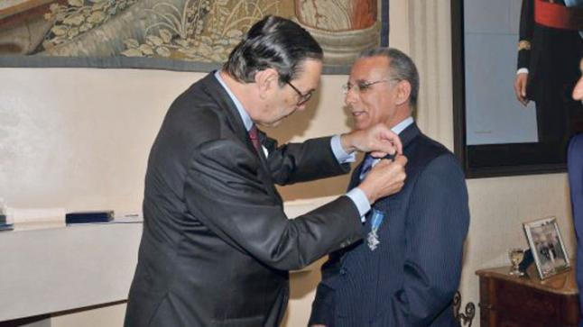 """رئيس الحكومة يُطيح ب""""رجل الإمارات"""" في الجهاز الإعلامي المغربي الرسمي ويدعي حمايته من طرف الناطق الرسمي بإسم القصر الملكي"""