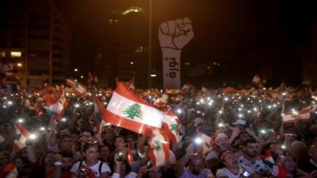 سقوط أول قتيل في الثورة اللبنانية.. ومحتجون غاضبون يغلقون الطرق الرئيسية احتجاجا على تصريحات عون