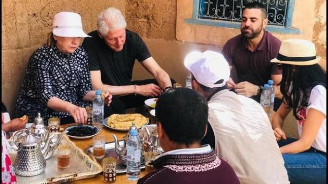 """بالصور: هذه كواليس زيارة آل """"كلينتون"""" لمنطقة أوريكا وتناولهم وجبة إفطار تقليدية"""