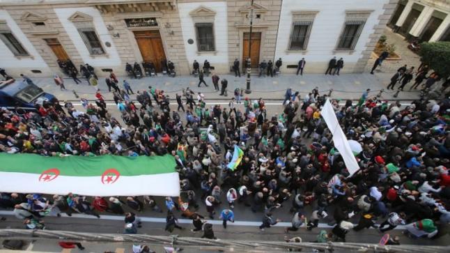 """الدفاع الجزائرية: توقيف """"إرهابي"""" خطط لتنفيذ عملية انتحارية وسط مظاهرات الحراك"""