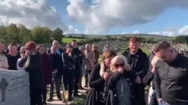 """بالفيديو: ميت يحول """"جنازته"""" إلى عرض كوميدي"""
