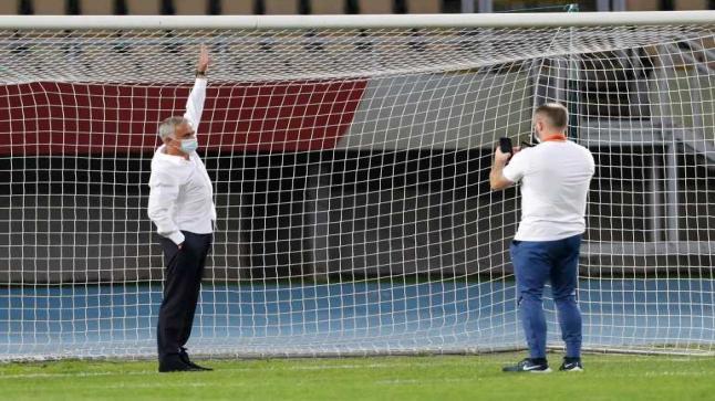 مورينيو يحتج على ارتفاع عارضة المرمى قبل مباراة لتوتنهام
