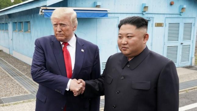 مصافحة تاريخية بين ترامب وكيم جونغ أون في المنطقة المنزوعة السلاح بين الكوريتين