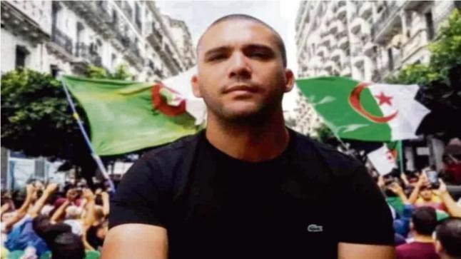 """""""مراسلون بلا حدود"""" تكشف عن لوحة عملاقة في باريس لدعم صحفي معتقل داخل السجون الجزائرية"""
