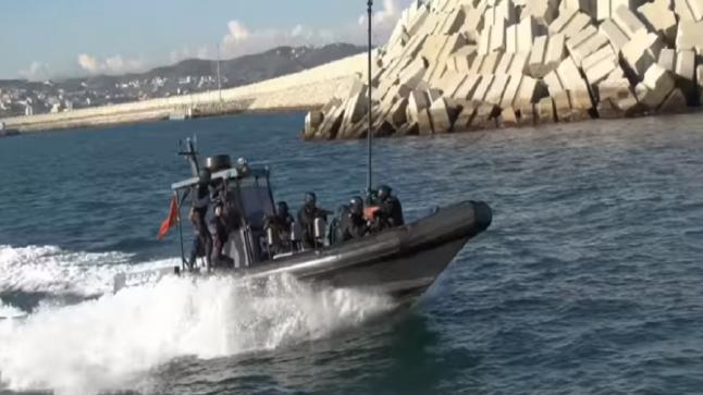 شاهد مناورات أفراد وحدة خاصة للبحرية الملكية في عِرض البحر وعلى متن فرقاطة