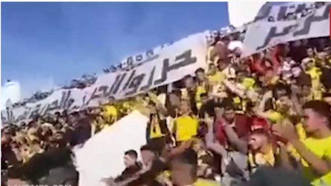 """بالفيديو: ملاعب كرة القدم تتحول إلى حلقات للتأطير الإحتجاجي بالمغرب وجماهير """"المغرب الفاسي"""" تردد أغنية عاش الشعب وعاش لي درويش"""