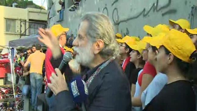 بالفيديو: الفنان مارسيل خليفة ينضم للمتظاهرين في لبنان ويٌلهبهم بأغانيه الثورية