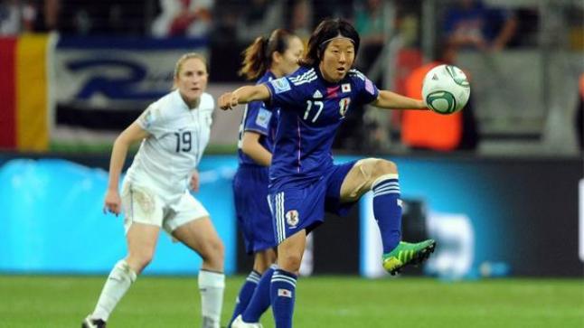 لاعبة كرة قدم يابانية تنضم لفريق للرجال